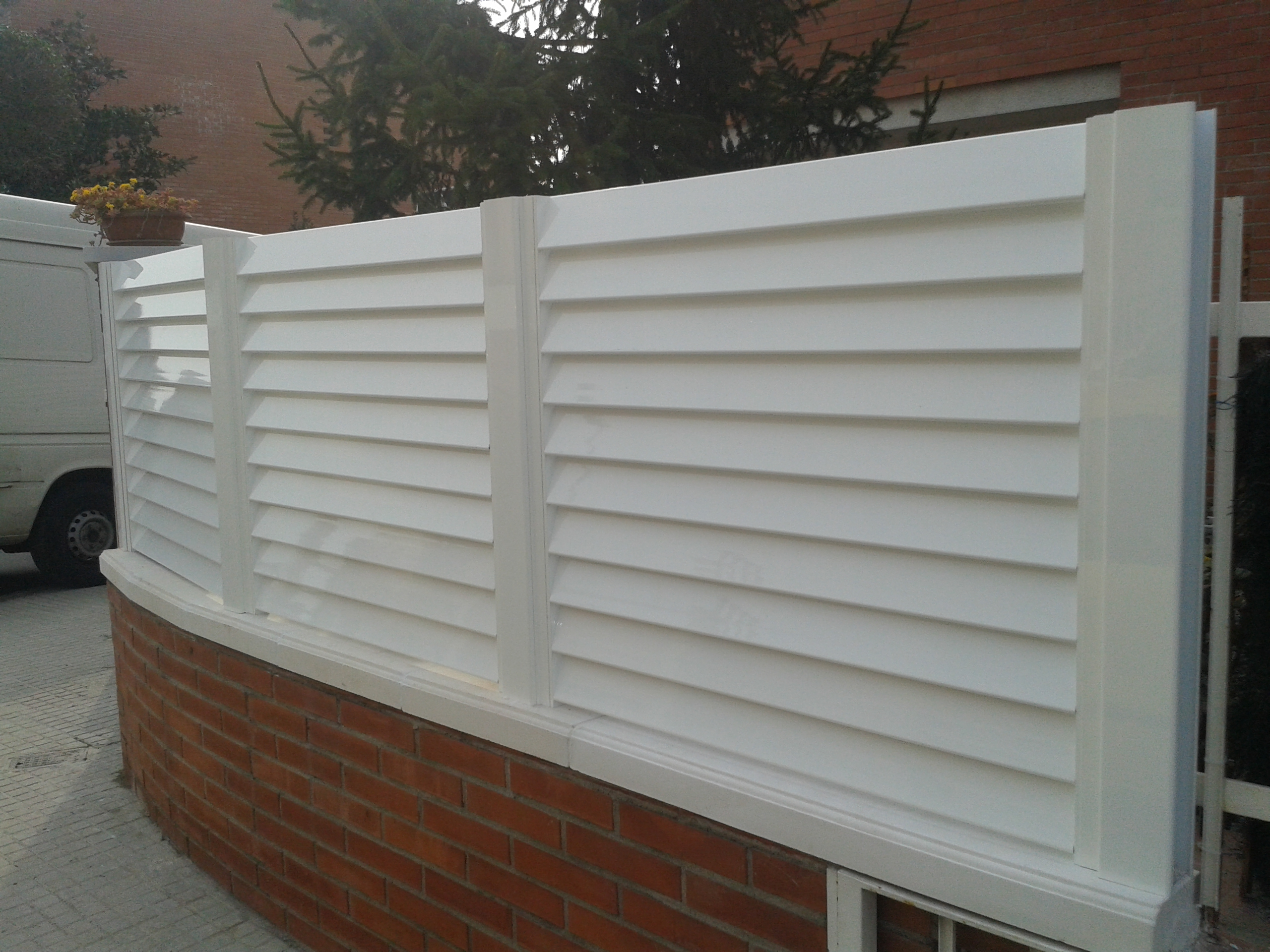 Jard n vallas y puertas cristaler a y aluminio r b r for Vallas de pvc para jardin